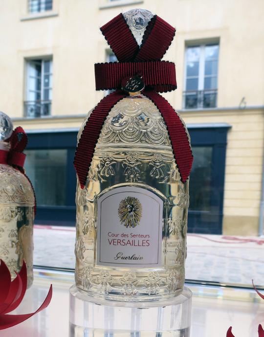 Tout l'univers des parfums s'invite à Versailles... dans Découvertes cour-des-senteurs-guerlain-versailles